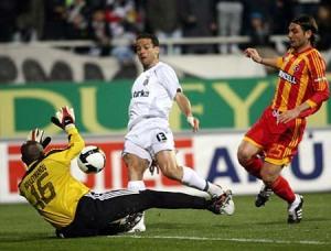 Bobô, anotando el segundo gol del encuentro.